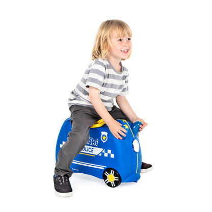 Trunki Percy the Police Car, dreng sidder på kufferten.