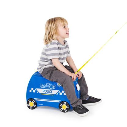 Trunki Percy the Police Car, dreng sidder på kufferten og bliver trukket.
